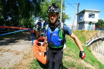 11 - Vervolgens sleuren we de kano het water in, om 20 km te peddelen door typisch Nederlands landschap.