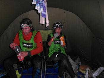 13 - Gedurende de eerste nacht komen we voor de eerste keer in het base-camp. Snel stoppen we ons vol met een instant warme maaltijd