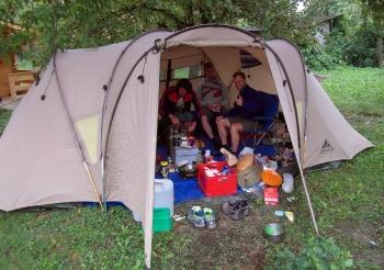 01 - Het basiskamp is ingericht, en de logistieke voorbereidingen in volle gang.