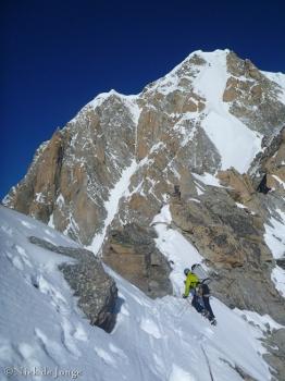 20 - Jefta op de topgraat vd GPA met links de Freney pijler en rechts de ijswand richting Mt Blanc